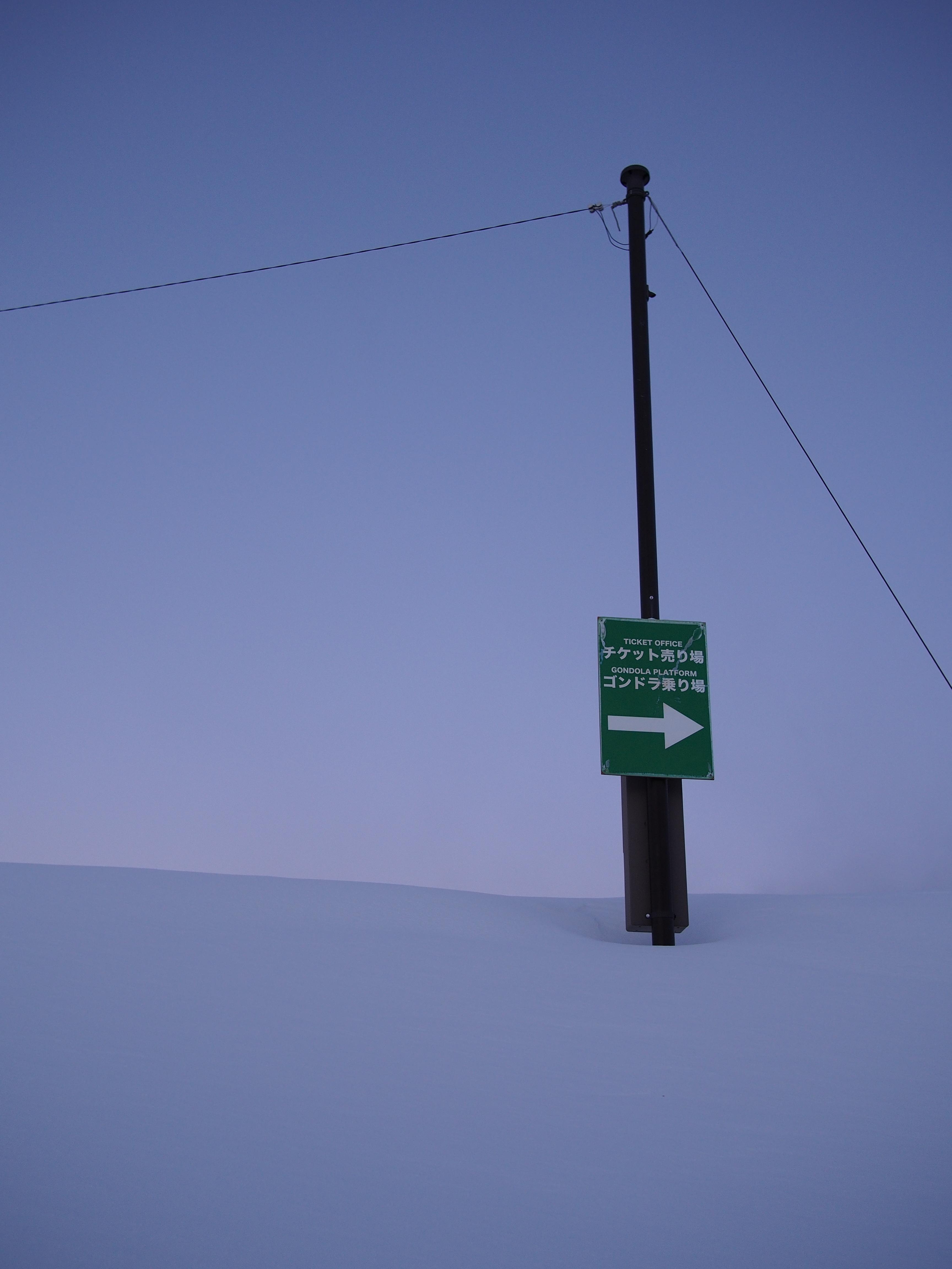 雪に埋もれた電柱